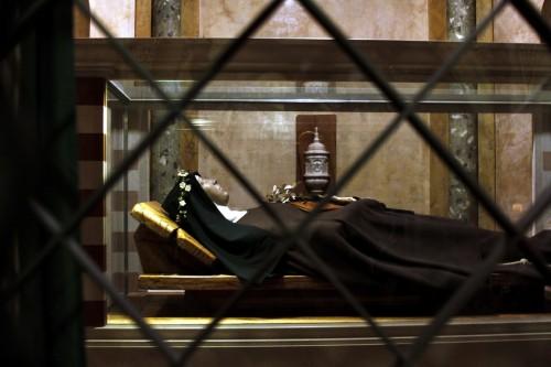 Tomb_of_Saint_Clare_-_Santa_Chiara_-_Assisi_2016_resize.jpg