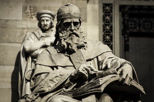 Estatua_de_San_Isidoro_de_Sevilla_en_la_Biblioteca_Nacional_resize.jpg