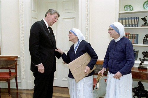 """White House/ Ronald Reagan Presidential Library [Public domain], <a href=""""https://commons.wikimedia.org/wiki/File:Ronald_Reagan_and_Mother_Teresa_C32585-24.jpg""""  target=""""_blank"""">via Wikimedia Commons</a>"""