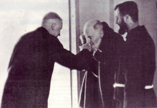Padre_Pio_incontra_monsignor_Lefevbre_pasqua_1968_a_san_Giovanni_Rotondo.jpg